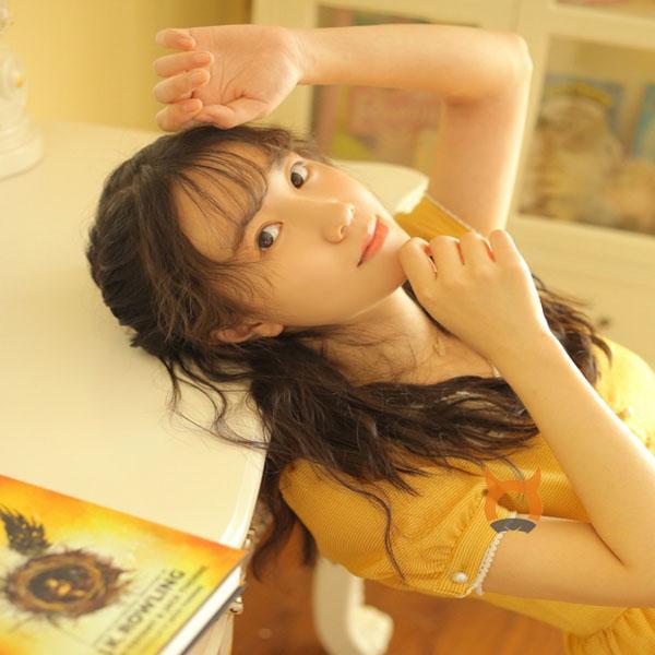 清纯模特小姐姐 美女手持鲜花优美唯美写真