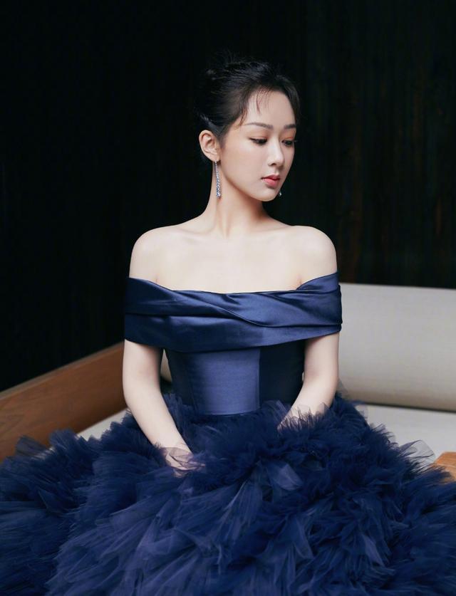 杨紫露肩造型显优越肩颈线 一袭暗夜蓝星空长裙似公主
