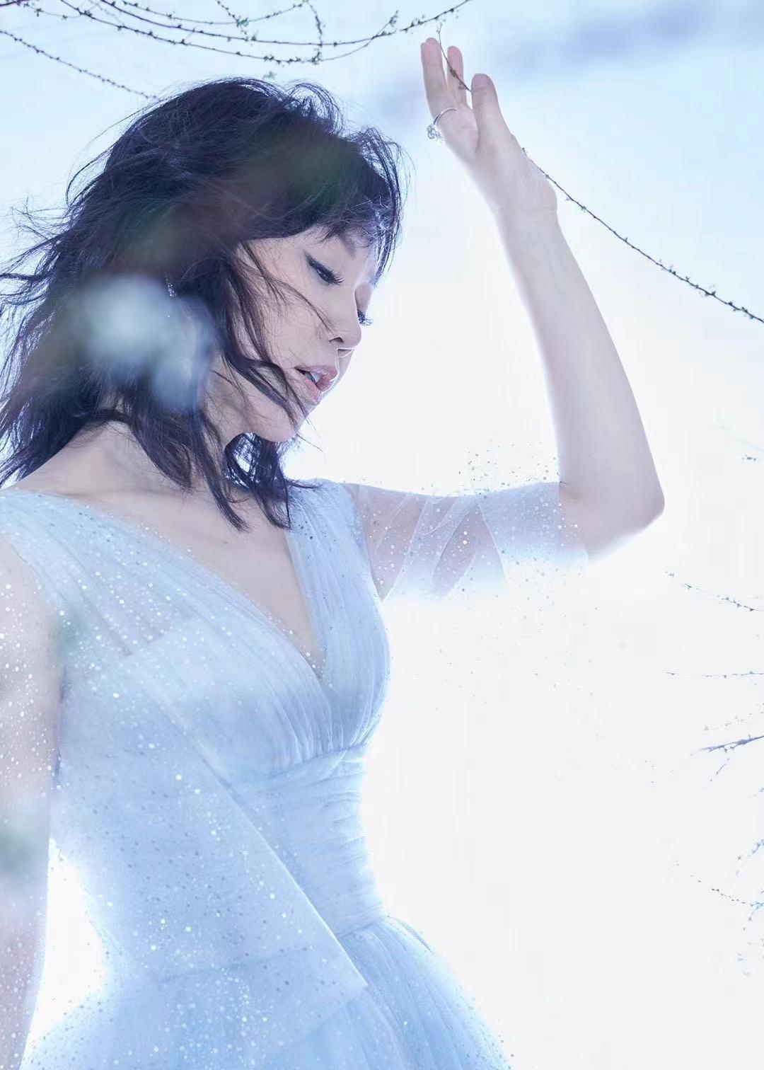 闫妮身着蓝色星光裙 气场全开