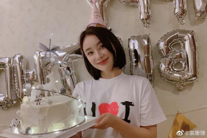 张馨予陪袁姗姗庆34岁生日 两人手捧蛋糕姐妹情深