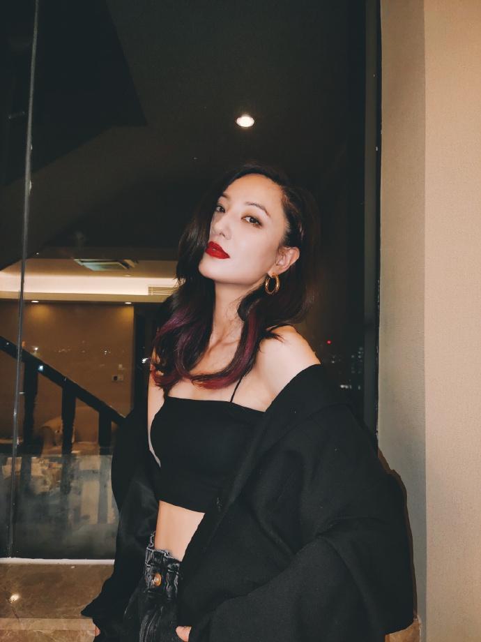 郑希怡穿黑色吊带秀好身材 挑染紫色发尾酷飒有型