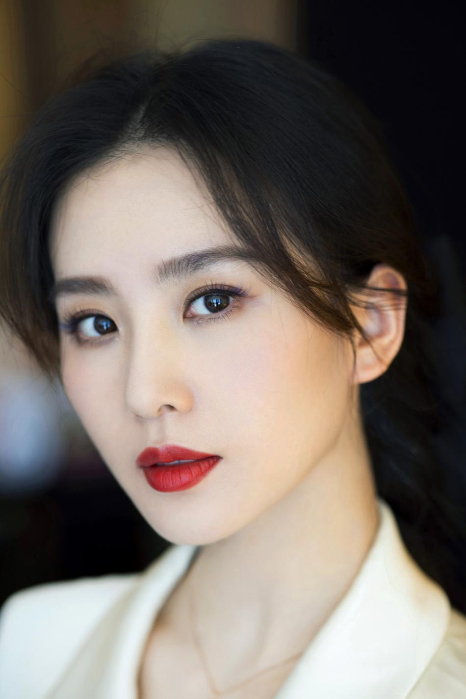 刘诗诗穿白色浴袍风连衣裙 怼脸拍皮肤白嫩状态佳