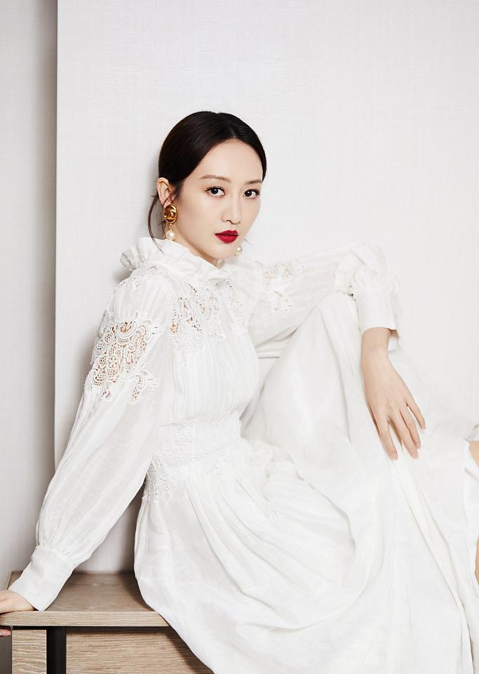 王鸥穿白色镂空连衣裙优雅贵气 光脚坐窗边美腿抢镜