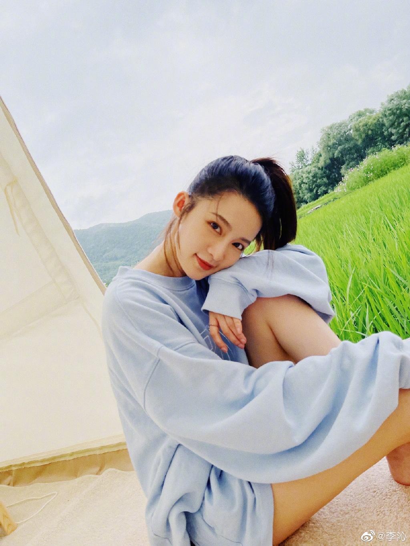 李沁穿蓝色卫衣套装 清新靓丽笑容甜美